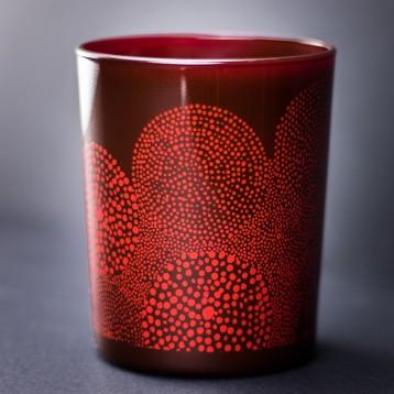 Verre à bougie laqué rouge foncé avec décor abstrait (points formant des cercles) rouge clair